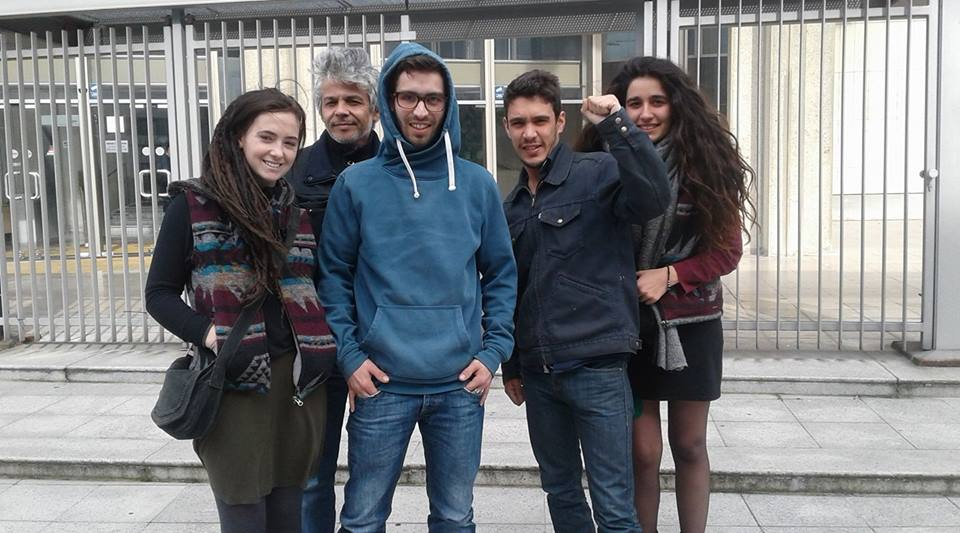 Casti (en bleu), devant la cour d'appel de Reims