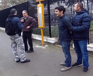 Jules se faisant contrôlé dans la rue par la police, sans raison.