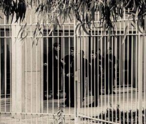 Lorsqu'un policier est mis en cause, ses collègues viennent à son procès pour faire pression sur le juge, comme lors du procès de Sylvain.