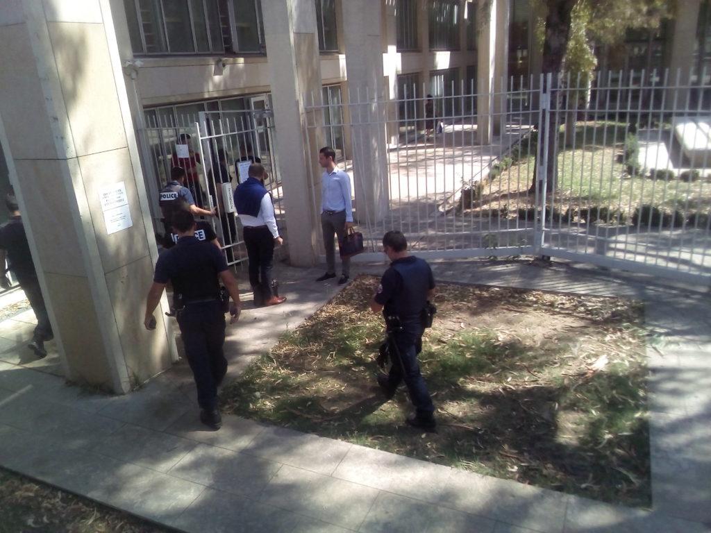 Photo d'une partie des douze policiers présents dans le tribunal.