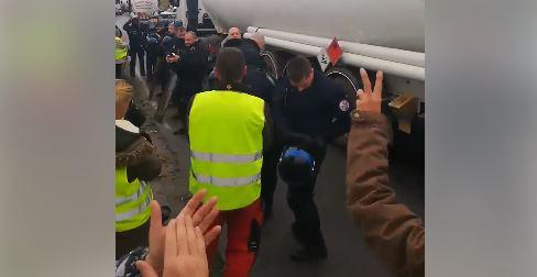 Sète-Frontignan : des gilets jaune applaudissent la police